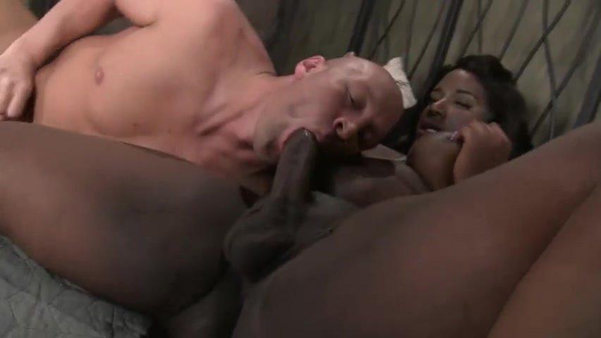 Мужик дает сосать трем толстым негритянкам фото 121-334